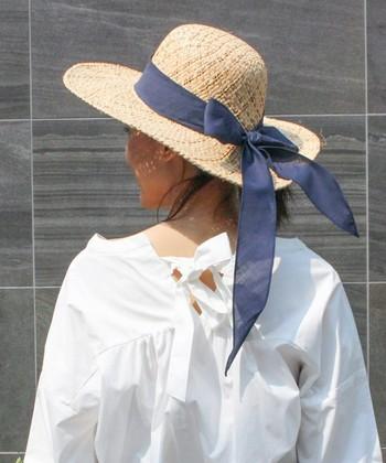 大きく巻かれたリボンが印象的な、クラシカルな形の麦わら帽子。ボリューム感のある麦わら帽子は、日焼け対策にもなるので、これからの季節にぴったりですね。