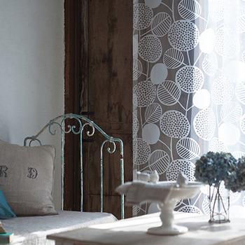 「点と線 模様製作所」代表の模様作家、岡理恵子さんのデザイン。陽射しを浴びると、大きなアジサイがくっきり浮かび上がる美しいテキスタイルです。 アジサイ/FIQ