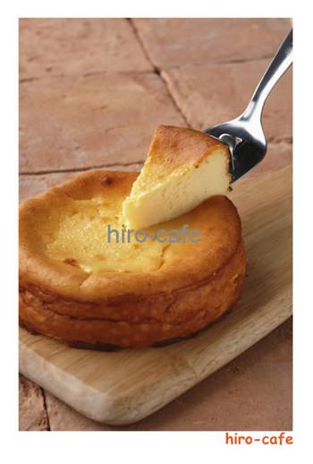 とってもシンプルなワンボウル・チーズケーキ。ボウルひとつで、材料を混ぜて焼くだけのレシピなので、毎日のデザートにいかがですか?またフルーツのジャムやコンポート、生クリームを添えても素敵ですよ。