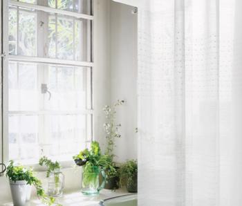 透けすぎないところが魅力のナチュラルなカーテン。さりげないドットの刺繍が清楚で涼やかな印象です。丸洗いできるウォッシャブルなので、ダイニングなどにもおすすめ。 Colon/Re:CENO