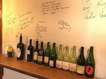 店内には、パン料理と合わせてアルコールが楽しめるイートインスペースが。絶品パンと合わせて、自然派ワインが楽しめます。満月の日には「満月ワインバー」なるイベントも開催されていますよ。