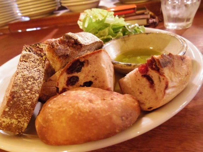 ワインと一緒にいただくのは、やはり「パーラー江古田」のパンで決まり! パンの盛り合わせもありますよ。