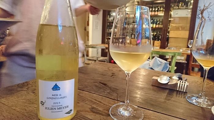 ワインセラーに並ぶワインはほとんどがフランス産の自然派ワイン。お料理に合わせて赤、白、ロゼ、スパークリングといろいろ飲みたくなってしまいます。