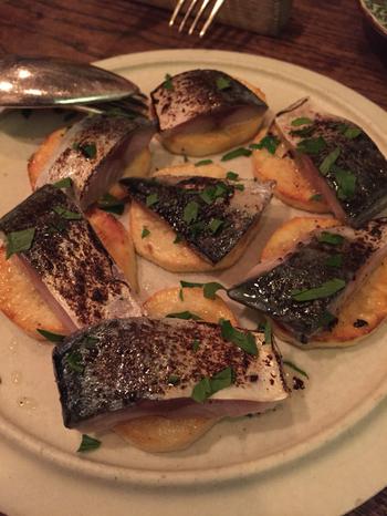 看板料理といえる「炙り鯖とじゃがいもの一皿」。ソテーされたじゃがいもの上に鯖のマリネがのせられた意外な組み合わせの一品。