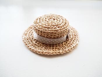 大好きなワンちゃんやネコちゃんにも可愛らしい帽子を作ってみませんか?小さめに作ることでペット用のカンカン帽も作れちゃいます。ベージュのドットリボンがエレガントでかわいいですね。
