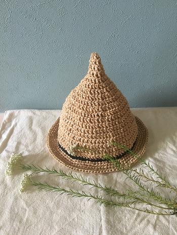 エコアンダリヤの帽子は、ラフィアのようなサラサラとした手触りと被った時の軽さが魅力です。また通気性やUV効果にもとても優れているので、夏の日差し対策にもオススメです。