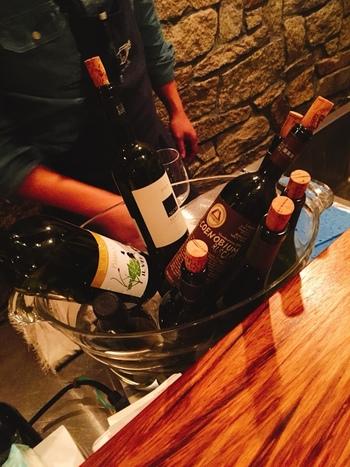 こちらで飲めるのはイタリア産の自然派ワイン。バーカウンターの奥にはワインが所狭しと並んでいます。