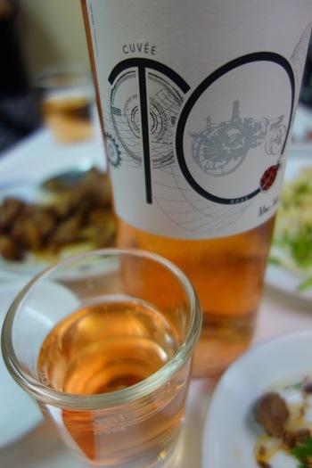 ワインは店内の冷蔵庫から自分の好みのものを選んで飲むという自由すぎるスタイル! ワイングラスではなく、紹興酒も飲めそうな小さめのグラスでいただく自然派ワインもまた楽しいものです。