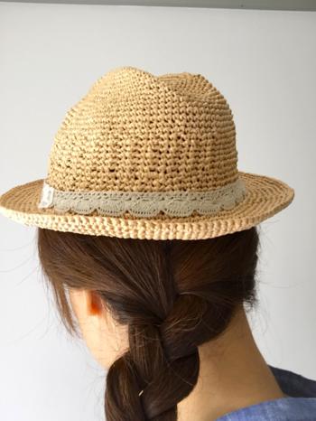 レースのリボンがナチュラルさを強調した中折れ帽。コンパクトなデザインですが、ちょこんと被って、夏の旬顔にしてみてくださいね。