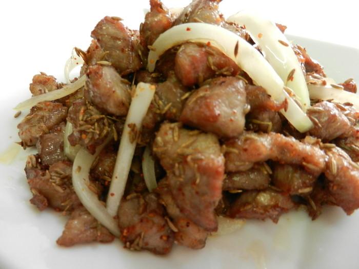 中国東北地方の料理がメインなので羊肉料理が「味坊」では人気です。「ラム肉のクミン炒め」はラムとクミンの組み合わせが最高。ワインともぴったりです。ほかにはラムとも相性がいいパクチー料理も人気。こちらもワインと合わせて楽しみたいです。