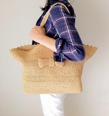 夏に便利な大判サマーショルダーバッグ。マザーバッグとしても。荷物の多い時のデイリーユースにも。どんなコーディネートの時も気軽に使えるところが嬉しいですね。