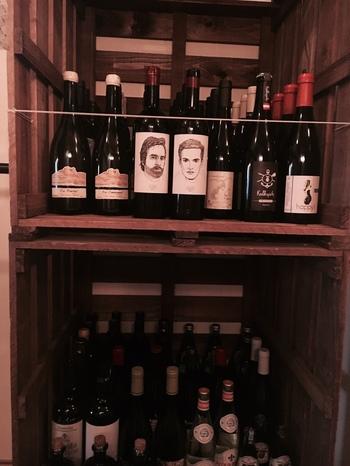 自然派ワインやクラフトビールが充実しているのも『PATH』にひかれる人が多い理由のひとつかも。 アラカルトでお気に入りの料理をつまみながらワインをいただくワインバー的な使い方も可能です。