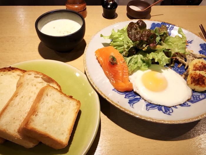 こちらは朝食メニューのひとつ。『365日』の人気食パンを食べ比べることができます。 他に、朝食メニューには日本人らしい「炊き込みご飯定食」も。朝から心もお腹も満たされそうです。