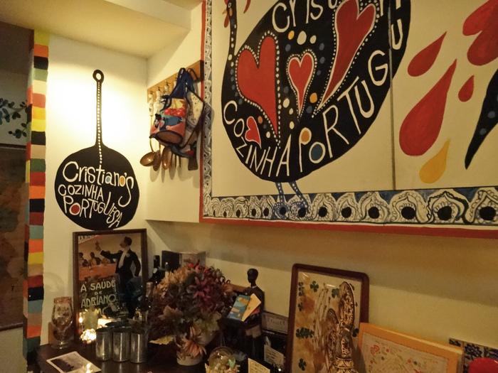 代々木八幡・代々木公園駅から徒歩約1分。世の中全体ではまだまだ珍しいポルトガル料理の店。2010年に代々木八幡にオープンしましたが、あれよあれよという間に人気店の仲間入り。  今では同じ代々木八幡に玉子タルトやお惣菜を販売する『ナタ・デ・クリスチアノ』、ポルトガルの魚料理専門店『マル・デ・クリスチアノ』も。ニワトリのイラストがトレードマークです。