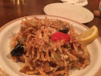 調理方法や味つけは日本とは異なりますが、お米や豆、魚、野菜など日本食でもおなじみの食材が使われているポルトガル料理。  ポルトガルならではなのは、「バカリャウ=干し鱈料理」でしょうか。メニューにもいくつものバカリャウ料理が並びます。写真の「バカリャウとフライドポテト、オリーブの玉子炒め」も人気です。