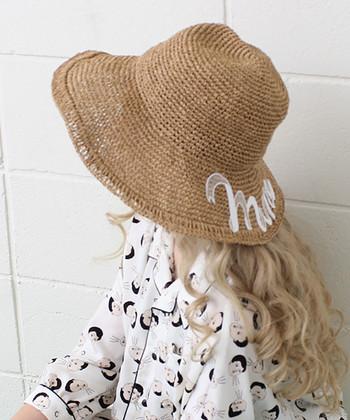 ざっくりと編まれたボリューム感が可愛い、ペーパー素材の麦わら帽子。大胆な「maine」のワッペンがカジュアルなイメージに♪
