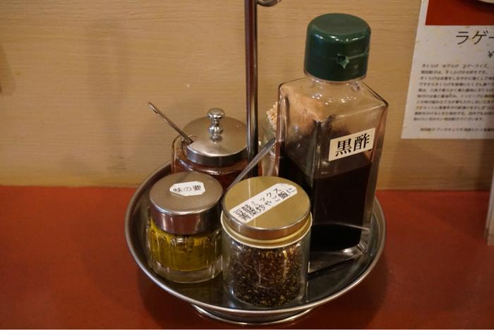 餃子をさらにおいしくひきたてる卓上の調味料。黒酢、自家製ラー油のほかに「味の要」なる瓶が。カレーテイストの調味料で特にラム肉との相性がいいようです。