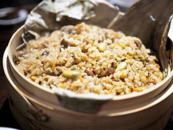 中国辺境の少数民族料理という珍しいものがいただけるこちらのお店。鴨肉や羊を使った料理のほか、想像を超える料理と出会えます。  写真は新彊ウイグル自治区の「羊肉炊き込みご飯の蓮の葉包み」。クミンで風味付けされています。