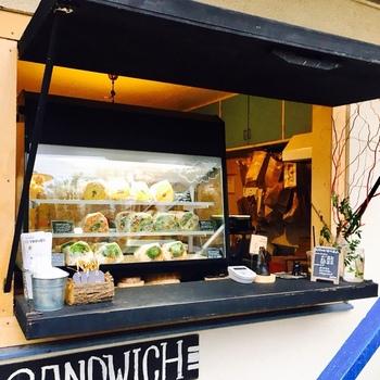 「具だくさんサンドイッチの店」と聞けば、ピンと来る人も多いかも。当初は代々木上原の野菜料理店『WE ARE THE FARM』の店先を借りて販売されていましたが、2016年3月に現在の場所に独立した店舗を構えることに。 1年と少しの間で、新宿や千駄ヶ谷にも支店が。