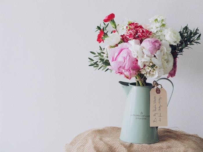 花瓶に活けた花を飾るだけで、玄関は一気に明るくなります。アレンジに自信がなければ、ミニブーケをそのまま入れても◎ 旬の花を使えば、季節の移り変わりを感じることもできますよ。