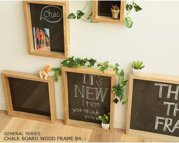 黒板仕様のウッドフレーム。壁にかけたり、棚に置いたりだけでなく、床に直接おいてもオシャレです。書き込むメッセージによってウェルカムボードにもなるので、ホームパーティーやお客様をお招きする時にも便利ですよ。