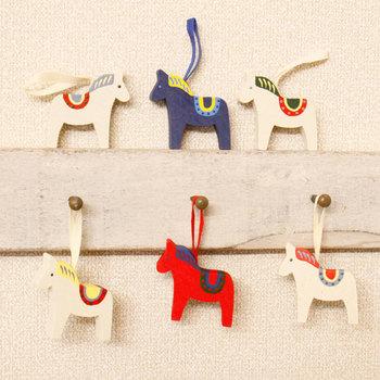 スウェーデンではおなじみの、幸福を呼ぶ馬「ダーラヘスト」のオーナメント。スリムなアイテムなので、棚に置いたり、壁に掛けたりと、飾り方も自由です。