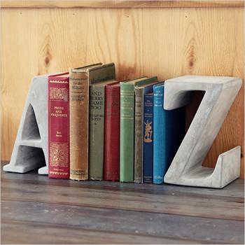 始まりと終わりを表した、AとZのブックスタンド。まさに、出発と帰宅をする玄関にピッタリのモチーフですよね。洋書や専門書などを飾れば知的に、絵本や写真集を飾ればモダンに・・・と、飾る本でも個性を出すことができます。
