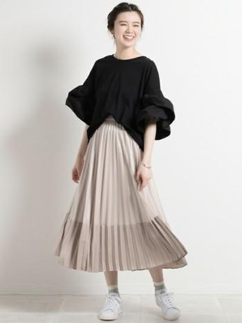 ボリューム袖のブラウスはタイトなボトムスを選びがちですが、あえてプリーツスカートと合わせてふんわり女性らしく。落ち着いたカラーのプリーツスカートなら上品な印象に。スニーカーを合わせてカジュアルダウンすると◎