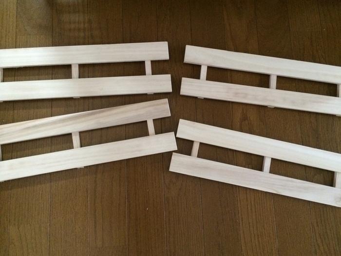 材料は100均お馴染みのアイテム「すのこ」です。すのこ三枚を縦半分に切断し、このようなパーツを作ります。柔らかい木材で出来ているので切るのは簡単です。
