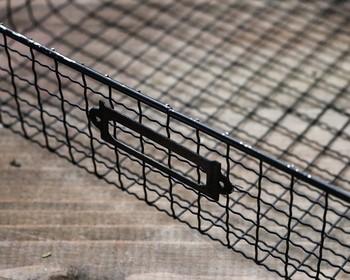 金属用の塗料があれば色つけするのもいいですね。黒に塗ればよりアンティークっぽい感じが出せます。ネームタグや取っ手をつければ焼き網とは思えない見事なバスケットの完成です!