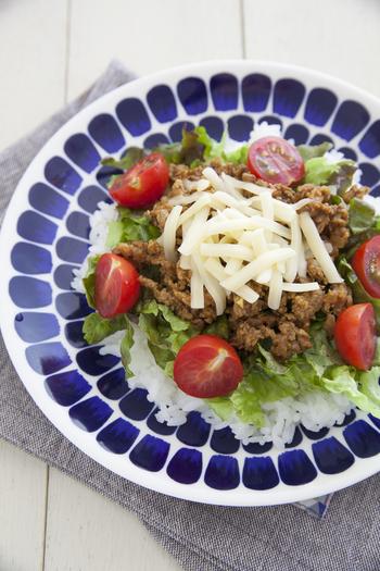 スパイシーなひき肉とチーズが絶妙な定番の「タコライス」。トマトとレタスで、色合いもとっても綺麗。