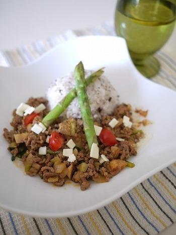 蓮根や人参、茄子も入れて、一捻り加えた「タコライス」。アスパラを飾って、お野菜たっぷりに。