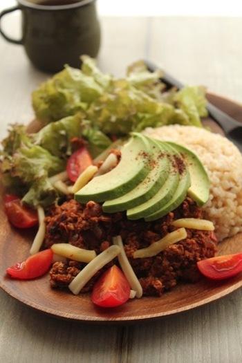 お肉の代わりに、お豆腐と豆を使ってヘルシーに。味をしっかり付けて、さらにアボカドを加えれば、満足感はそのまま。
