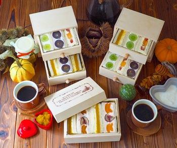 巨峰やマスカット、柿、いちじく、栗などをサンドした、秋の味覚たっぷりのフルーツサンド。美しい切り口や、引き出し付きの箱に詰めることでお弁当箱代わりにするテクニック、参考にしたいですね!