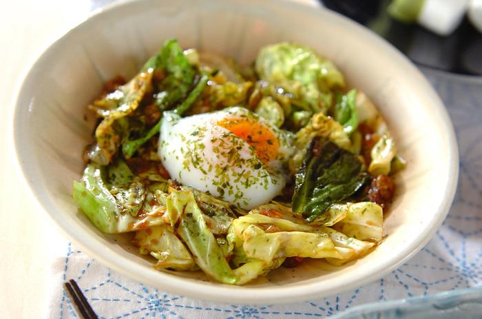 キャベツと卵がメイン食材の、簡単でおいしいソース炒めレシピ。タコ焼きソースに天かす、青のりの組み合わせは、まるでお好み焼きのよう。おうちにある食材で、手軽に満足度の高い一品が作れてしまいます。