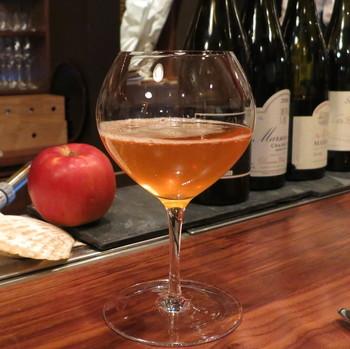 リンゴの発泡酒シードル。 クレープもシードルもブルターニュの名産で、2つは仲の良いコンビです。 アルコール度数は2~5パーセントほど。  ついつい飲んでしまうけど、飲みすぎには注意して下さいね。