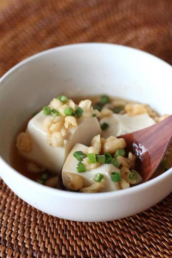 居酒屋でもお馴染みの揚げだし豆腐、美味しいですよね!でもおうちで作るのは少し大変。そんな時におすすめしたい、豆腐と天かすを活用したレシピです。ぜひ一度お試しあれ!