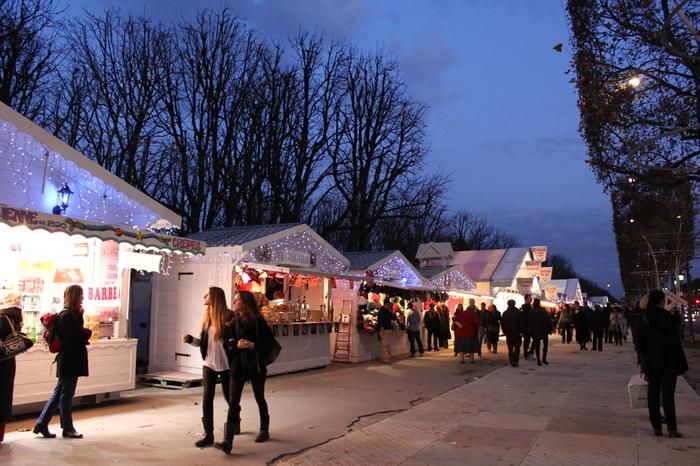 クリスマスが近づく季節には、街にはこのような小さなお店がたくさん出て「クリスマスマーケット」が開かれます。 地元の生産者が作った蜂蜜、オリーブオイル、チーズ、サラミなどのお店と共に、きっとクレープ屋さんもあるはずですよ。