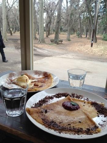 井の頭公園そばに佇む、「cafe du lievreうさぎ館」。ガレットも食べられます。 自然を眺めながら頂けるなんて贅沢。