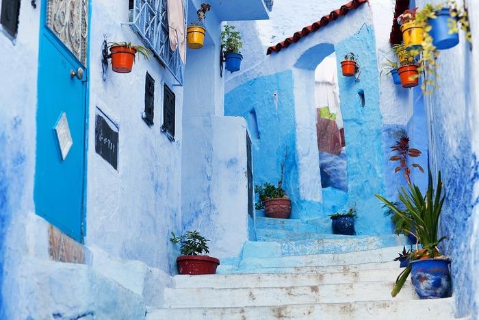 青の迷宮「シャウエン」。壁や道が様々なブルーに塗られている青い街です。メディナ(旧市街)は狭く、路地が細く入り組んでいて、角を曲がると一瞬、誰もいない空間になることも。青い世界にひとり取り残されたような、幻想的で非日常の感覚を味わうことができます。