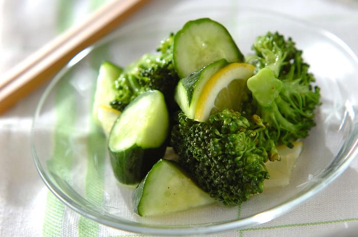 旬のキュウリを使ってレモンでマリネに。ブロッコリーも入れれば栄養満点、すっきり爽やかな夏の箸休めになります。