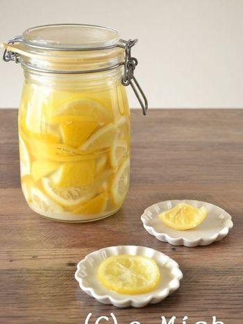 以前話題になった「塩レモン」。作ってみたことはありますか? 以外と使い勝手が良く、使える料理もたくさんあるんです。皮ごと漬け込むので、レモンは国産のノンワックスのものを選びましょう。