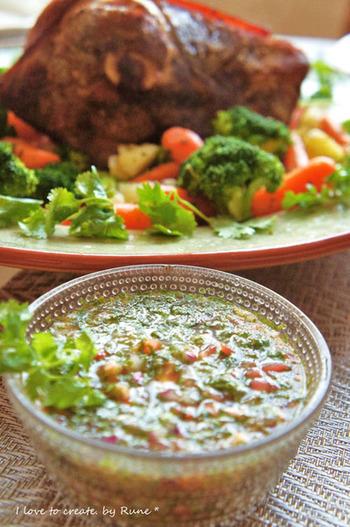 バジルの香り豊かな手作りドレッシング。具だくさんなので、サラダにかけても食べ応え十分です。他にもお肉やお魚のソースとしても◎