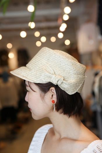 サイドに大きなリボンがデザインされた、キャスケットタイプの麦わら帽子。リボンも同素材で編まれているので、可愛くなりすぎない、大人の遊び心がプラスできますよ♪