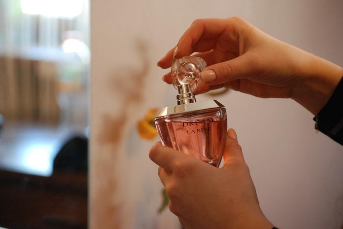 香水は、つける場所によって香り方が変わり、時間によってもグラデーションを描きながら香りが変化していきます。つけ方を間違えてしまうと、ちょっぴり迷惑な香りになってしまうことも。ふわりと心地よく香る香水のつけ方を身につけておきたいですね。汗と混ざらないよう、お風呂上がりのきれいな体につけると良いですよ。