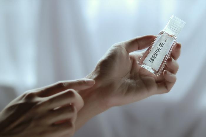 手を動かすたびにふわりとほのかに香ります。鼻から離れているので、程よく香ります。