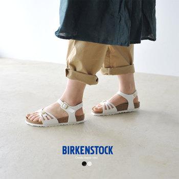 歩きやすいサンダルの代名詞、ビルケンシュトック。メディカルシューズの技術で、疲れにくいのがうれしいですよね。上品な白は、夏に大活躍のアイテム。足首のホールドで、歩きやすさがさらにアップしています。