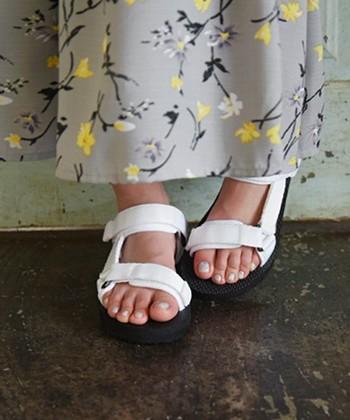 1足あると便利な、ストラップスポーツサンダル。足に合わせてしっかりホールドできるので、どんな形の足でも安心して履くことができます。安定感もバツグンなので、足場が悪い場所もさくさく歩けますよ。