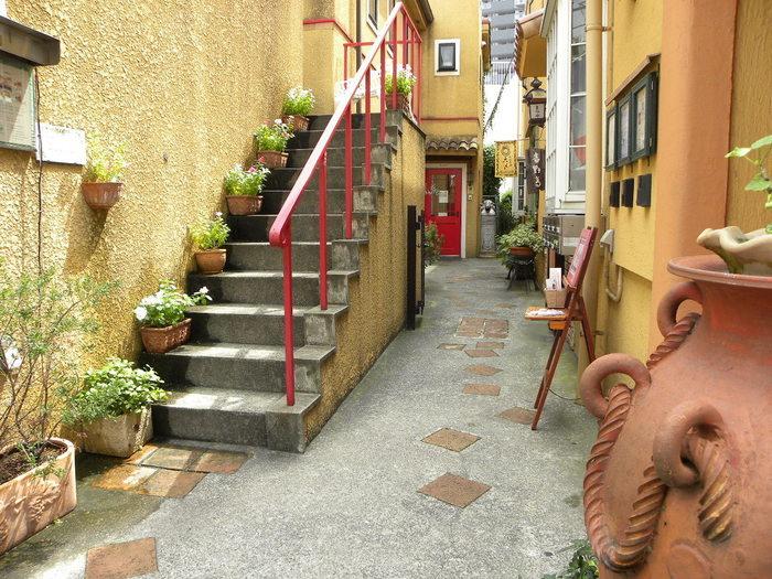 まるでヨーロッパの路地裏のような道を進んでいくと…可愛い赤いドア。そこが『ジェラテリア テオブロマ』の入口です。チョコレート専門店として有名な「Théobroma(テオブロマ)」が手掛けるジェラート専門店なんです。