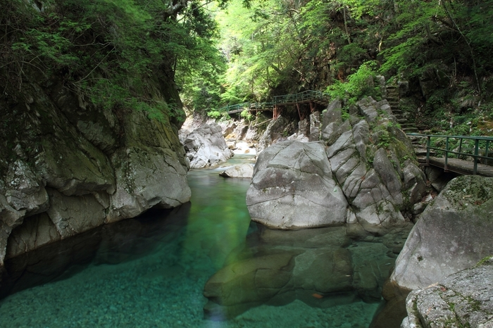 「木曽川の隠れ里」とも呼ばれている柿其渓谷は、木曽路有数の景観美を誇る渓谷です。透き通るエメラルドグリーンの柿其川、点在する奇岩と巨岩、深緑に彩る周囲の木々が織りなす景色は深山幽谷としており、秘境のようです。